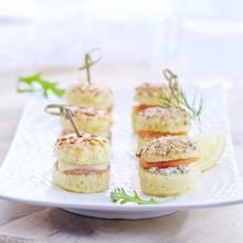 Duo de mini-croques jambon et mini-burgers saumon